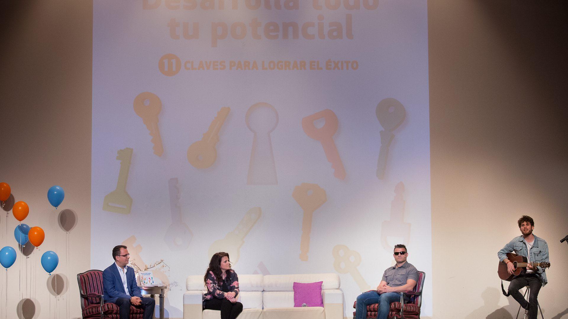 Pedro Martínez presentó con éxito su tercer libro en el auditorio de Iniesta