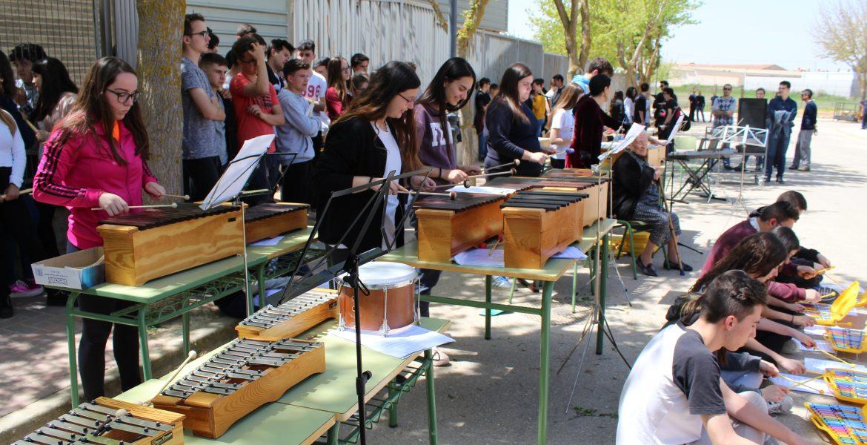 El Cañada de la Encina de Iniesta sale a la calle con 'Musiqueando'