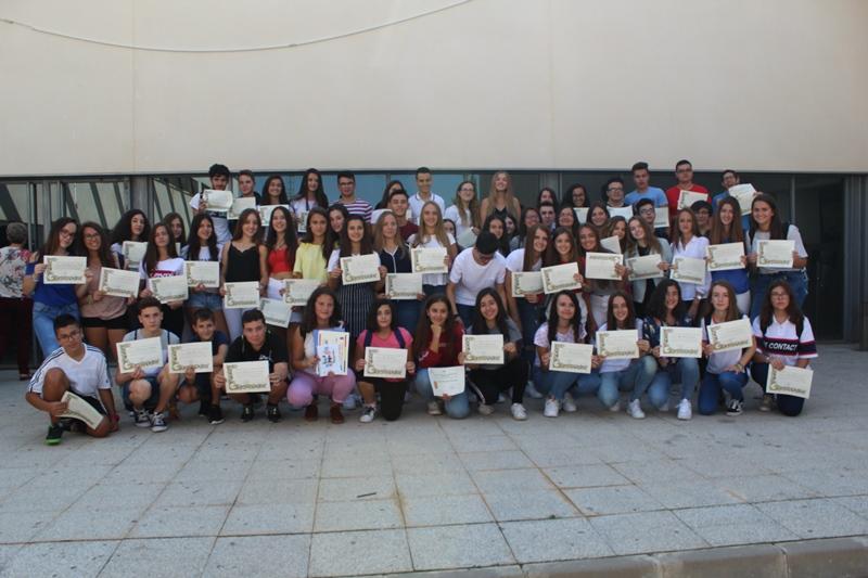 El Ayuntamiento de Iniesta, el IES y la Escuela Municipal de Idiomas hacen entrega de becas a los mejores expedientes del 'Cañada de la Encina'